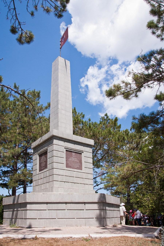 Мемориальный комплекс из двух видов гранитов ЗИЛ Памятник Скала с колотыми гранями Череповец